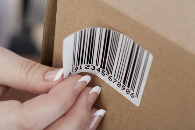 Een voorbeeld van barcodestickers: een sticker met streepjescode op een doos