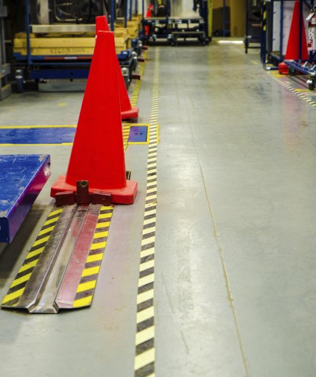 Strepen op de vloer. Een voorbeeld van vloerstickers.
