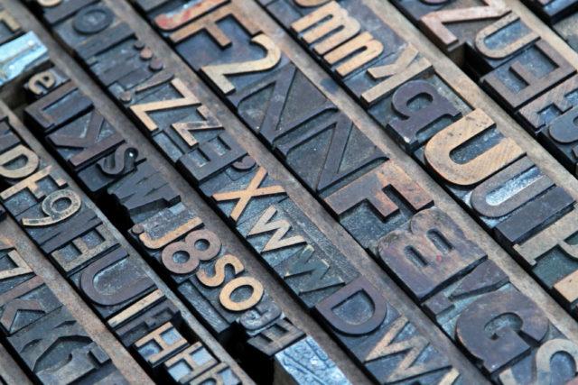 Bij hoogdruk liggen de letters hoger, zoals te zien is op de foto.